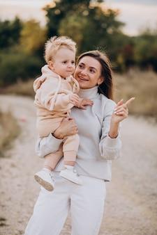 一緒にかわいい幼い息子を持つ母