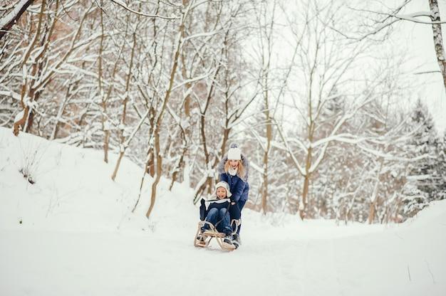 Мама с милым сыном в зимнем весле
