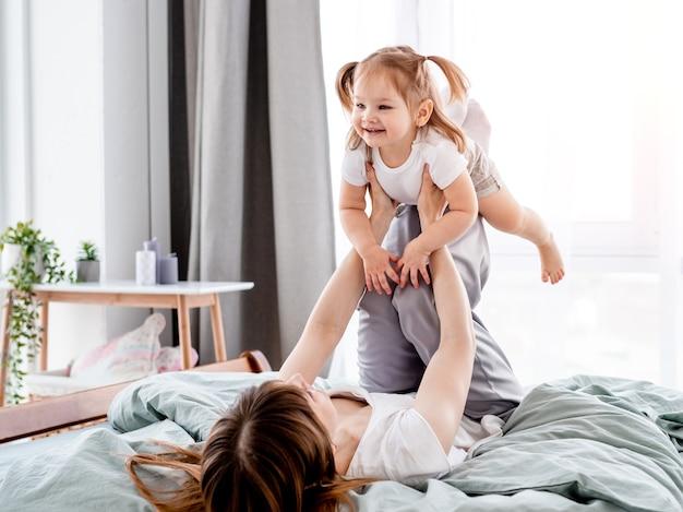 침대에서 딸과 함께 어머니