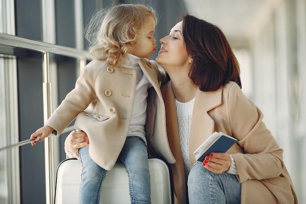 Мать с дочерью в аэропорту