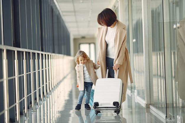 空港で娘を持つ母