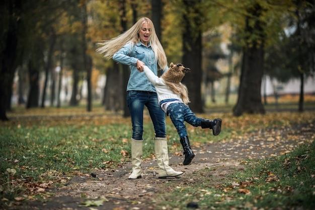 Madre con figlia nel parco d'autunno