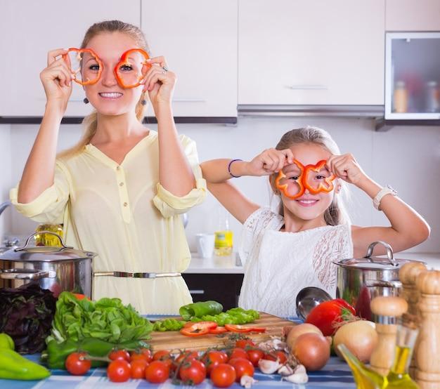ベジタリアン料理の娘と母