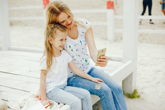公園で描く娘を持つ母