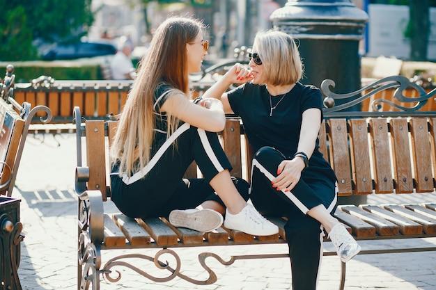 都市の娘と母親