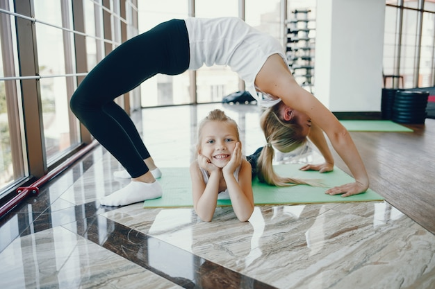 체육관에서 딸과 어머니