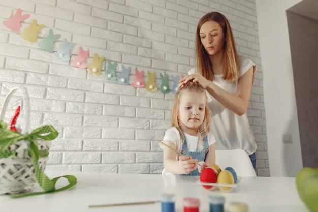 イースターを準備するキッチンで娘を持つ母