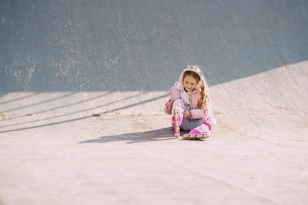 Мать с дочерью в парке с роликами