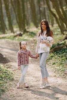 犬と春の森の娘を持つ母