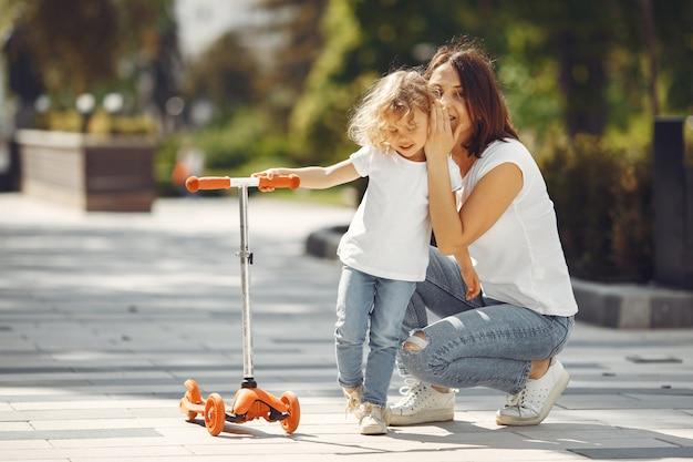 스케이트와 봄 공원에서 딸과 어머니