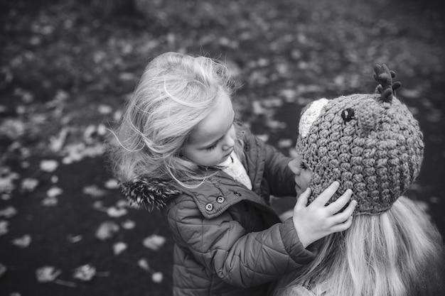 가을 공원에서 딸과 함께 어머니
