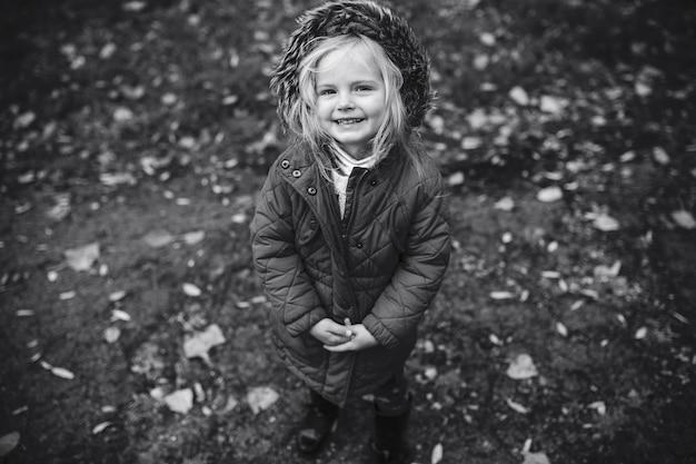 秋の公園で娘と母 無料写真