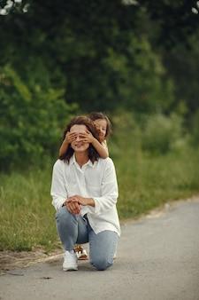여름 필드에서 딸과 어머니