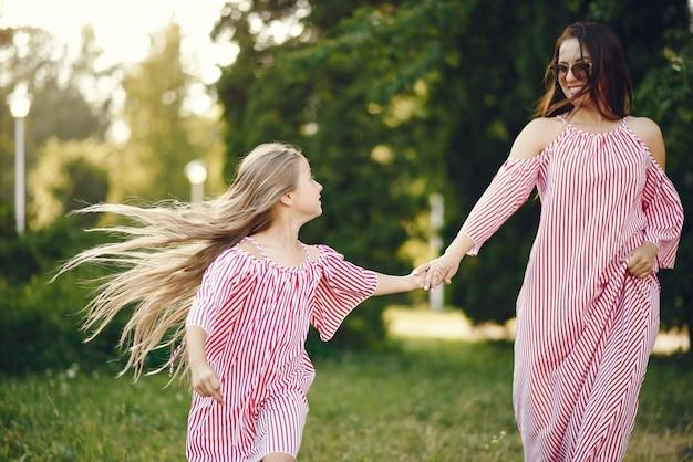 여름 공원에서 딸과 어머니
