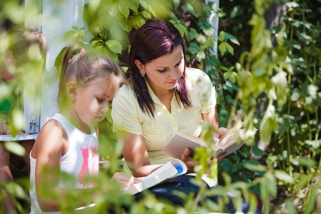 庭で娘を読んでいる母親