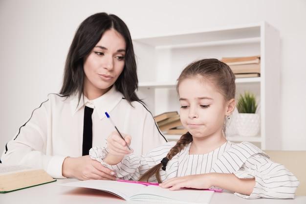 Мать с дочерью учится дома. концепция домашней школы.