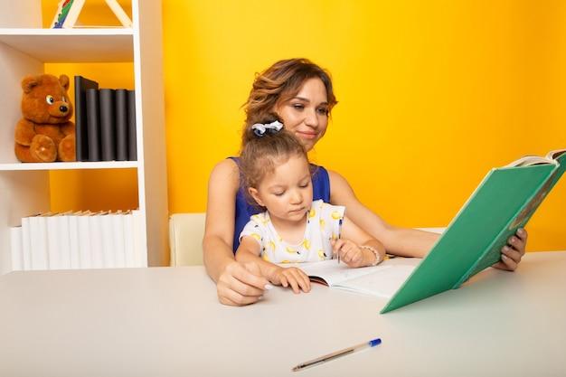 家で一緒に勉強している娘と母