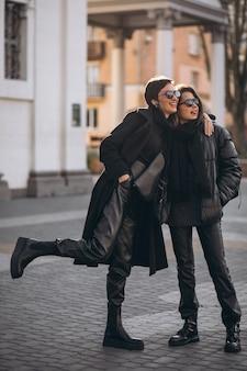 通りで一緒に娘と母