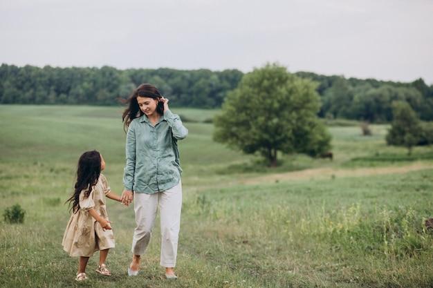 公園で一緒に歩いている娘と母