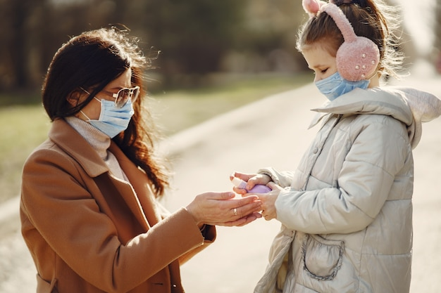 Мать с дочерью выходит на улицу в масках