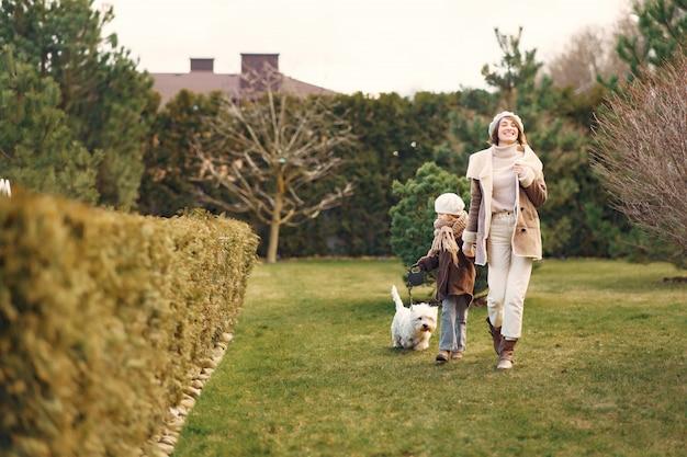 딸과 어머니는 강아지와 함께 산책