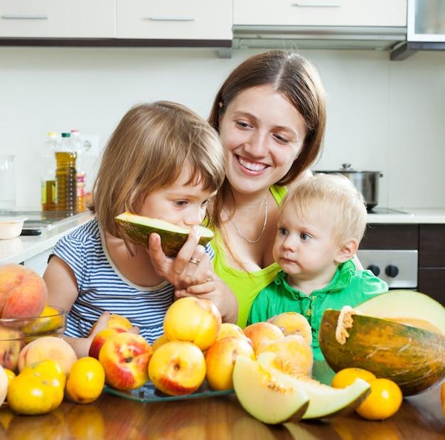 Madre con le figlie sul tavolo