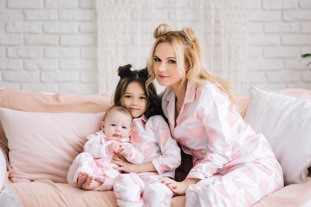 ピンクのパジャマを着ている娘を持つ母