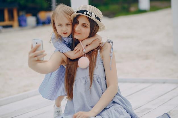 Madre con le figlie