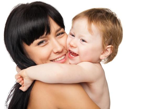 Мать с ребенком после купания в белом полотенце