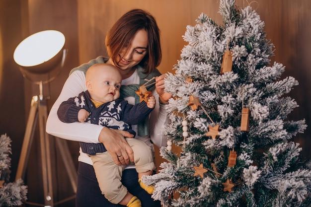 Madre con il suo neonato che celebra il natale