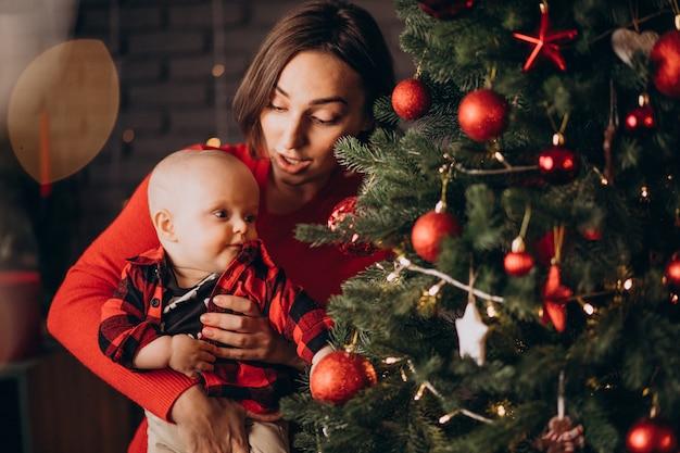 クリスマスを祝う彼女の男の子と母