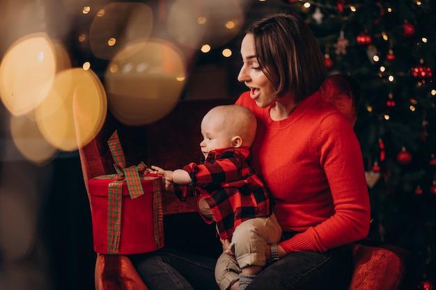 Мать с маленьким мальчиком празднует рождество