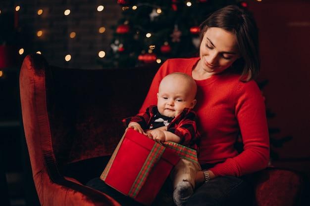 크리스마스를 축 하하는 그녀의 아기와 엄마