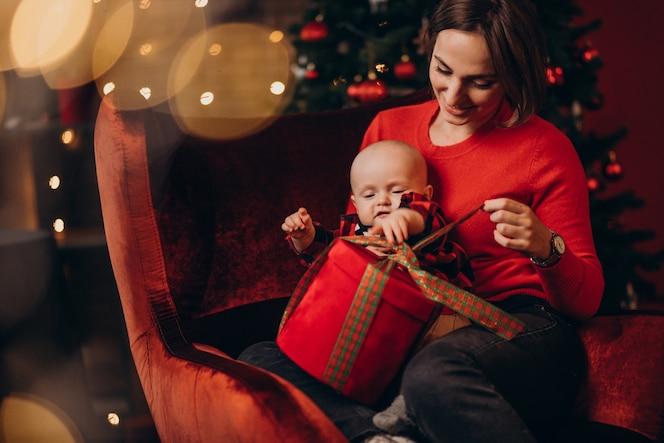 母亲和她的宝贝儿子庆祝圣诞节