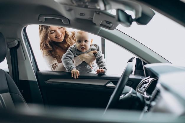 Мать с маленькой дочкой в автосалоне