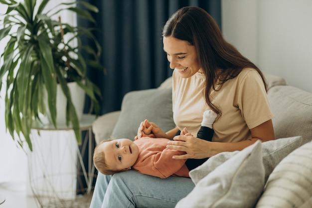家で彼女の女の赤ちゃんを持つ母