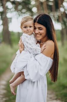 公園で彼女の女の赤ちゃんと母親