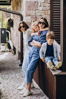 Madre con i suoi figli nel cortile