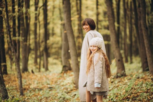 楽しんで公園で娘と母