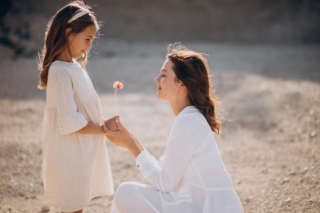 Madre e figlia insieme divertendosi