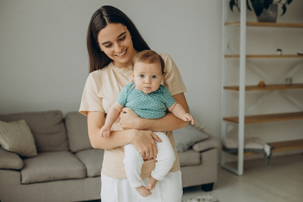 Madre con la sua piccola bambina a casa