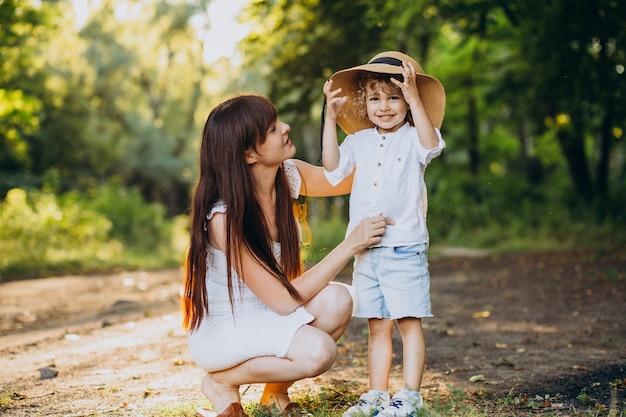 Мать с сыном весело в парке