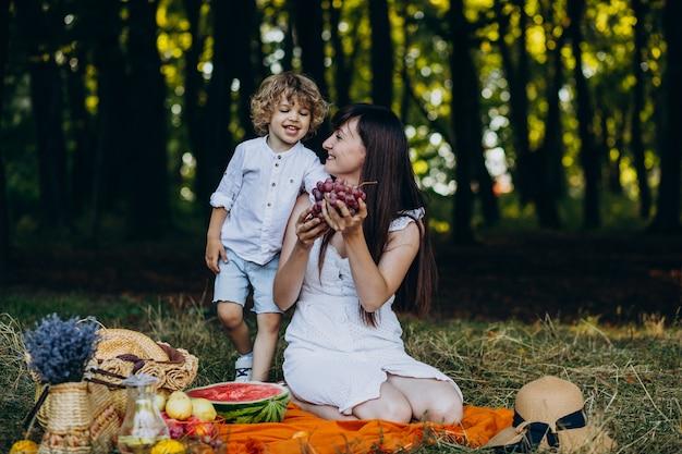Мать с сыном, пикник в лесу