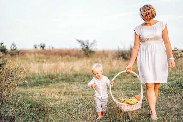 屋外のピクニックに彼女の息子を持つ母