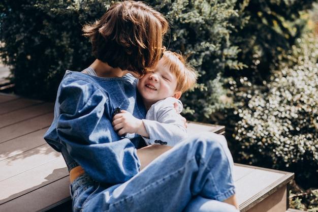 Madre con suo figlio seduto sulle scale