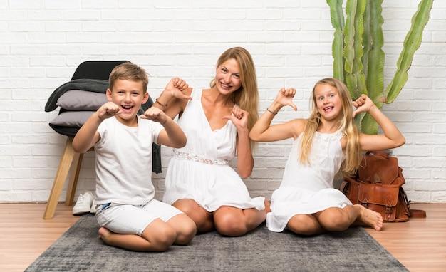 실내에서 그녀의 두 아이와 어머니 자랑