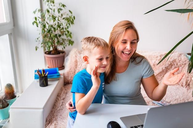 격리 기간 동안 집에서 일하려고 애쓰는 아이를 둔 어머니. 집에 머물고 코로나바이러스 전염병 동안 재택 개념에서 일하십시오