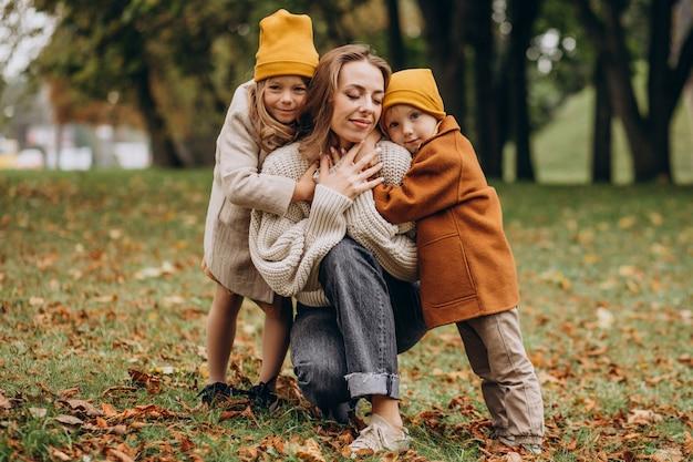 公園で楽しんでいる子供を持つ母