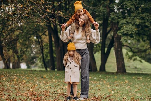 Мать с детьми, весело в парке