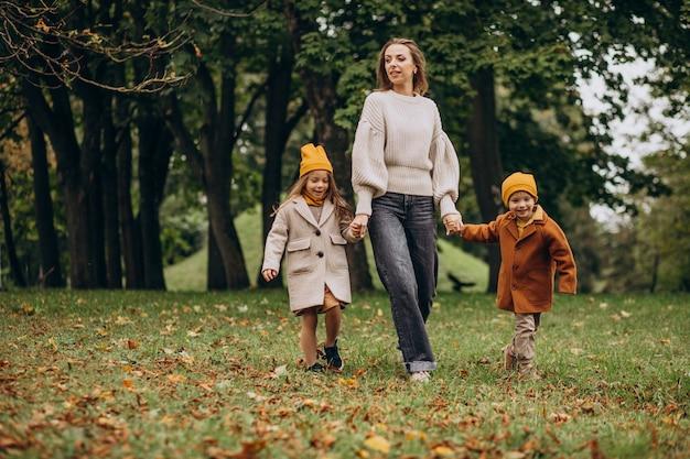 Madre con bambini che si divertono nel parco